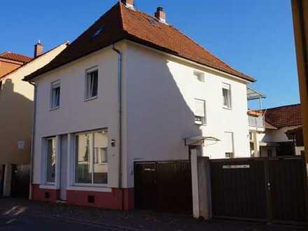 Mehrfamilienhaus mit Ladengeschäft und mehreren Nebenwohnungen
