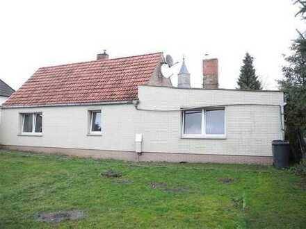 Zweite Reihe: Kleines Einfamilienhaus mit Garage und Nebengelass...