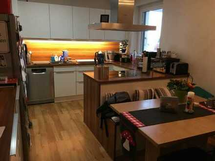 Neuwertige 4-Zimmer-Wohnung mit 2 Balkonen und Einbauküche in Duisburg