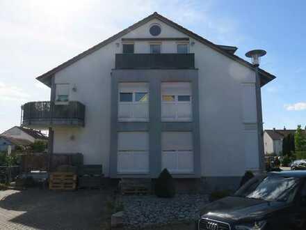 Stilvolle, neuwertige 2-Zimmer-DG-Wohnung mit Balkon und Einbauküche in Karlsruhe