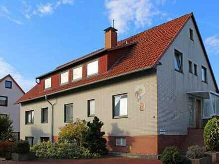 Zwangsversteigerung - Zweifamilienhaus mit zwei Garagen in Holtensen
