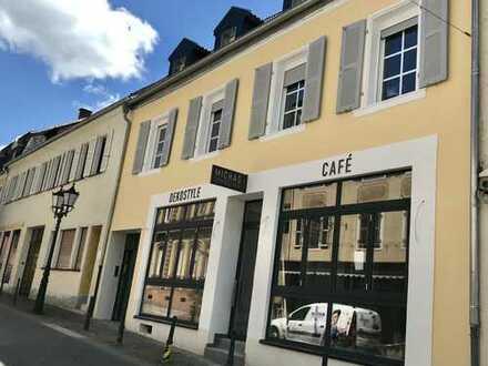 Uninähe, WG geeignet, Erstbezug n. Sanierung,attraktive 4-Zimmer-DG-Whg. plus Wohn/Küche in Homburg