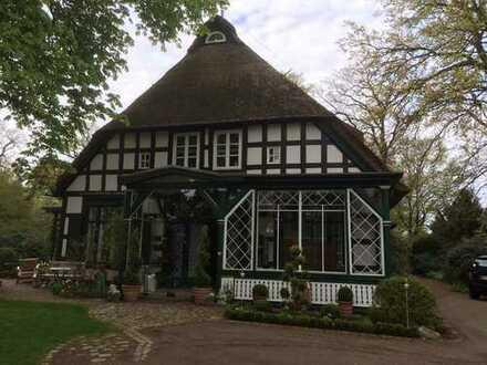 Großzügiges Wohnen in außergewöhnlichem Flair in einem Fachwerk/ Reetdachhaus in Oberneuland