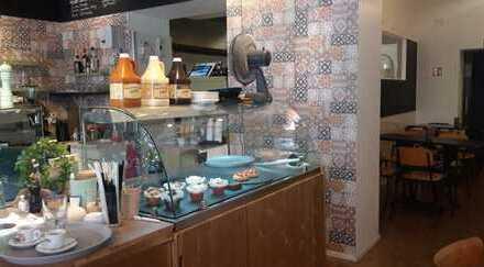 Café/Bistro/Imbiss mit Außenterrasse in starker Lauflage