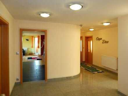 Attraktive, neuwertige 4-Zimmer-DG-Wohnung mit Balkon in Furth im Wald