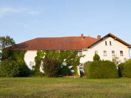 Stattliche Hofstelle in Altem Glanz umgeben von Wiesen