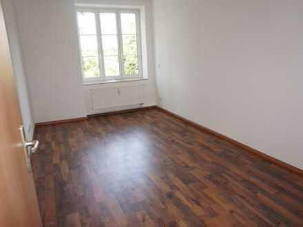 Klein aber fein ..... Bad mit Wanne/Fenster + große Küche ! Laminat !!!