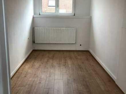 1 Zimmer in einer renovierten 4-Zimmer-Wohnung (Karlsruhe Zentrum, als 4er WG)