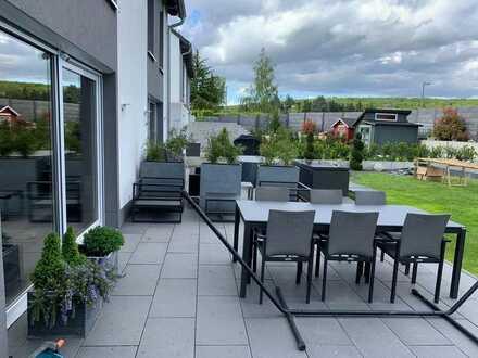 Moderne DHH mit einem Garten und 2 Terrassen / Garage