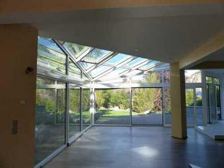 Glaspalast mit Schwimmteich und Blick auf den Rotenfels