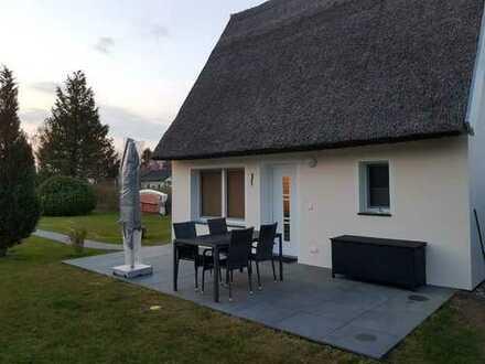 Nur 300 m bis zum Hafen!!! Saniertes Ferienhaus mit Reetdach in idyllischer Lage von Kröslin