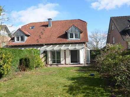 Moderne, gepflegte Landhaus-Doppelhaushälfte in ruhiger Lage mit Vollkeller, Erker und Garage