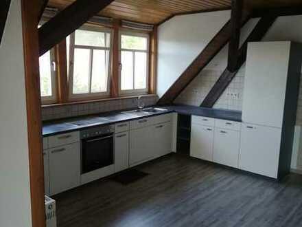 Sanierte Dachgeschosswohnung mit drei Zimmern und Einbauküche in Siegelsbach