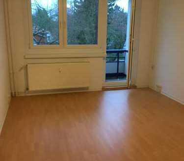 Gepflegte helle 2,5-Zimmer-Wohnung mit Grünblick, Sonnenbalkon und Einbauküche in Potsdam