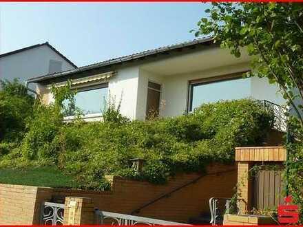 Älteres Einfamilienhaus mit kleiner Schwimmhalle in angenehmer Wohnlage