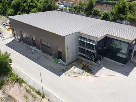 Moderne Werk- und Lagerhalle mit Büro/Ausstellungsfläche