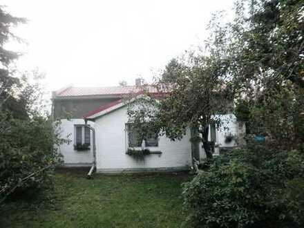 Kleines sanierungsbedürftiges Haus auf sehr schönem 825 m² Grundstück
