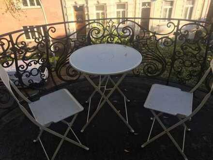 Mädels-WG Altbauzimmer mit eigenem Balkon