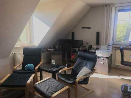 Gepflegte 2-Zimmer-Dachgeschosswohnung mit EBK in Augsburg