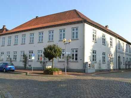 Denkmalschatz am Paradeplatz - stilvoller Altbau mit PKW-Stellplätzen im Zentrum von Rendsburg