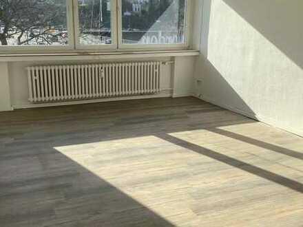 Großräumige und helle Wohnung mit Balkon und saniertem Bad!