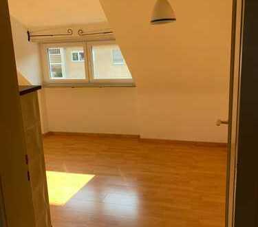 Nette 2 Zimmer DG-Wohnung in Hedelfingen zu vermieten - auch an WG, Besichtigung am 16.7.19!