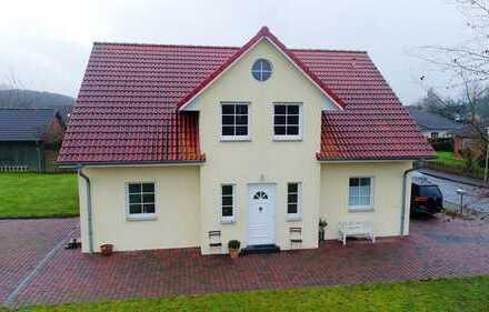 Modernes Einfamilienhaus mit PV-Anlage und Erdwärmeheizung ruhiger Siedlungslage