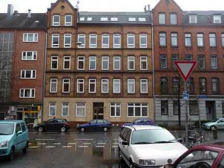 Vollständig renovierte Wohnung mit drei Zimmern sowie Balkon und EBK in Kiel