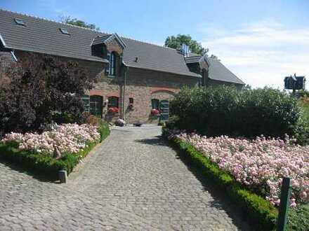 Idyllisches Haus mit parkähnlichem Garten zur Alleinnutzung in historischer Hofanlage