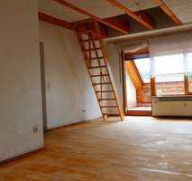 Freundliche 2,5-Raum-Dachgeschosswohnung mit EBK und Balkon in Bayern - Hösbach
