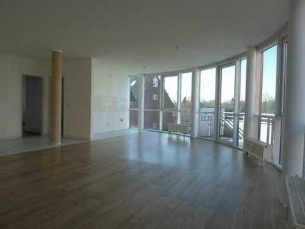 3-Zimmer-Wohnung mit großer Fensterfront und Balkon
