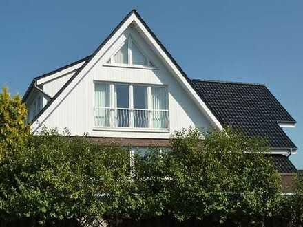 Exclusive Dachgeschosswohnung mit eigenem Hauseingang und Fernblick
