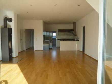 Stilvolle, geräumige und gepflegte 3-Zimmer-Wohnung mit Balkon und Einbauküche in Großnöbach