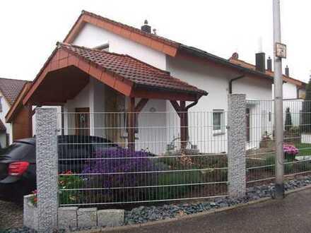 Moderne 2,5-Zimmer-DG-Wohnung im 2-FH mit Balkon, EBK und Kfz-Stellplatz