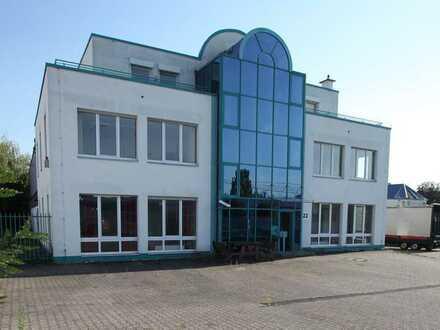 Wohnen und Arbeiten! Repräsentatives Bürogebäude mit Lagerhalle + Wohnung + Photovoltaikanlage