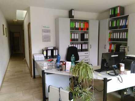 Werkstatthalle mit Schwerlastkrahn und Büroräumen