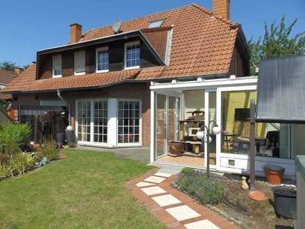 Doppelhaushälfte mit Wintergarten und hübschen Garten in gefragter Stadtlage