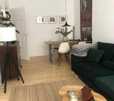 Sehr schön sanierte Wohnung mit zwei Balkonen, Dielenböden und Wohnküche in stilvollem Altbau!