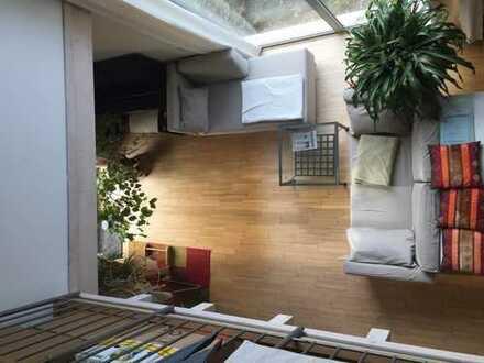 Modernes Maisonnettezimmer mit eigenem Bad und Balkon in einem Haus
