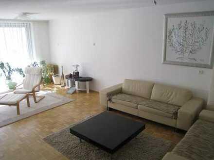 Stilvolle, gepflegte 5-Zimmer-Erdgeschosswohnung mit Balkon und EBK in Wiesbaden