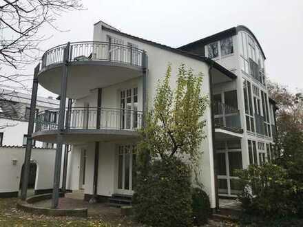 Außergewöhnliche Dachgeschoßwohnung mit großer Dachterrasse im Villengebäude in Mü.-Solln