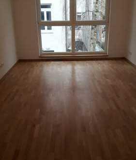 Neubau, Erstbezug: helle 3 Zimmer-Wohnung mit Balkon, ruhig da in 2. Reihe stehend