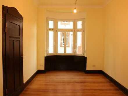 Sanierte Jugenstil Wohnung mit repräsentativen Räumen, Holzdielen, EBK, Balkon, Garten, ...