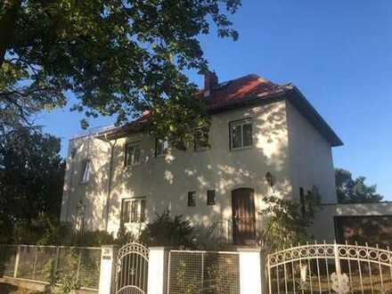 Helles, freundliches Haus mit Garten im grünen Zehlendorf