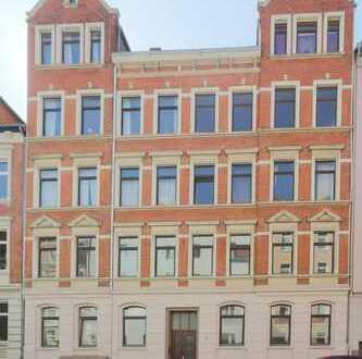 Oststadt zum Sanieren: Dachgeschosswohnung in wunderschönem Altbau mit ca. 150 m² Spitzboden.