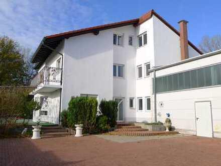 Großzügiges Geschäfts-, Büro/Verwaltungsgebäude mit Wohnen, Doppelgarage, Hof, Garten und Pool