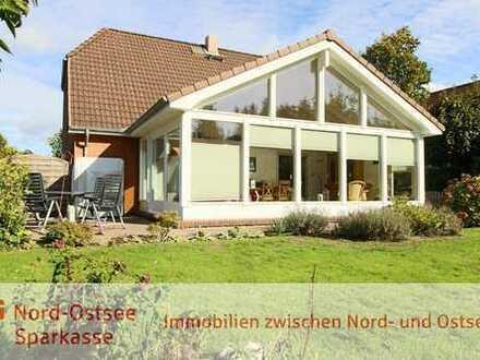 Sehr gepflegtes und fortlaufend verbessertes Wohnhaus mit großem Anbau (Wintergarten)