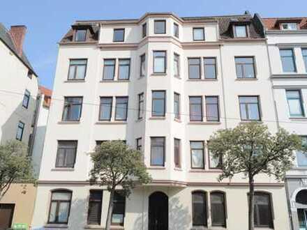 Neues Zuhause oder attraktive Kapitalanlage! Lichtdurchflutete 3 Zimmer Altbauwohnung mit Balkon
