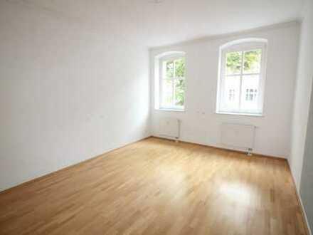 Wohnen am Volkspark Friedrichshain: sanierter Altbau, 2 Zimmer, W-Bad, EBK, Balkon, frei ab sofort