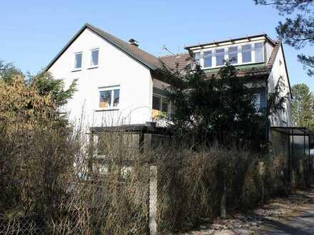 Zweifamilienhaus mit Einliegerwohnung und Garagen